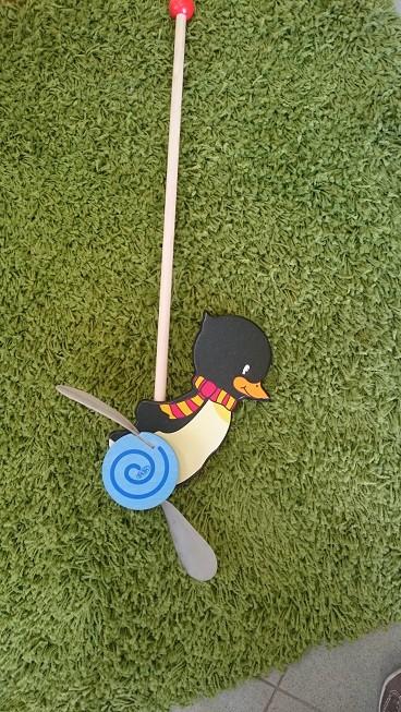 Пингвин Конрад с дръжка за бутане за малки деца